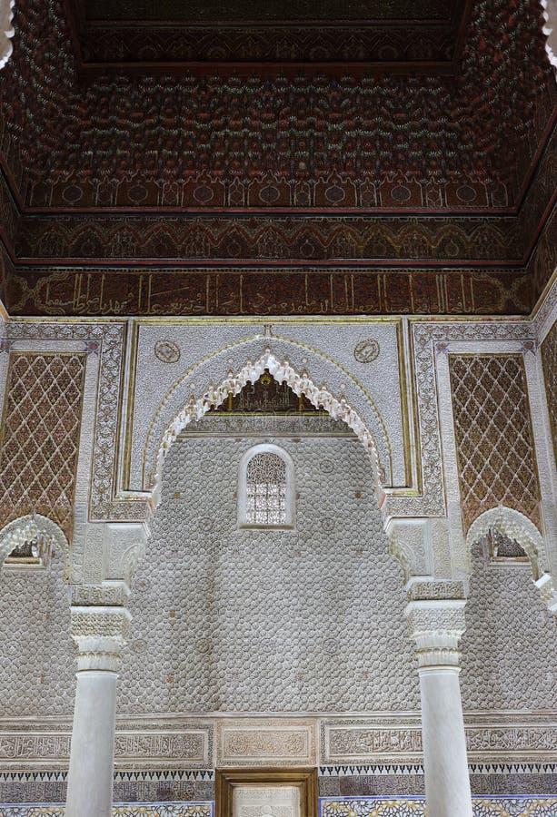 Marocko Marrakesh Detalj av en båge med symmetriskt islamiskt - arbete för Arabesquestilstuckatur royaltyfri bild