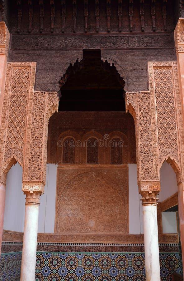 Marocko Marrakesh Detalj av en båge med symmetriskt islamiskt - arbete för Arabesquestilstuckatur royaltyfria foton