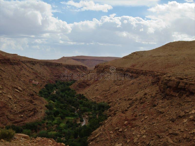 Marocko oas i ett öken- och berglandskap royaltyfri fotografi