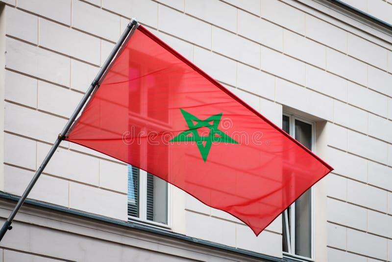 Marokańczyk flaga na słupie na budynku - Morocco flaga fotografia royalty free