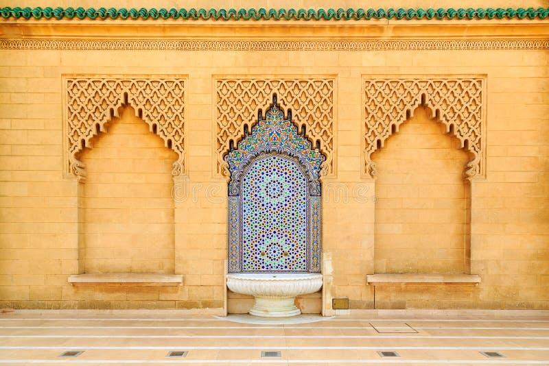 Marokańczyk stylowa fontanna z świetnymi kolorowymi mozaik płytkami przy M zdjęcia stock