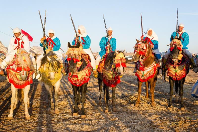 Marokańscy końscy jeźdzowie podczas fantazja festiwalu obrazy stock