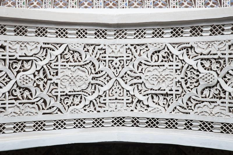 Marokańska w zawiły sposób tynk praca wokoło drzwi z tradycyjnymi Mauretańskimi symbolami i języków arabskich szczegółami fotografia stock