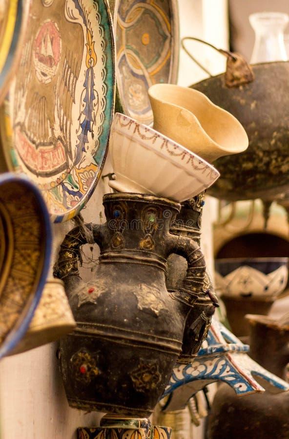 Marokański dekoracyjny garncarstwo wystawiający w rynku w fezie obrazy royalty free