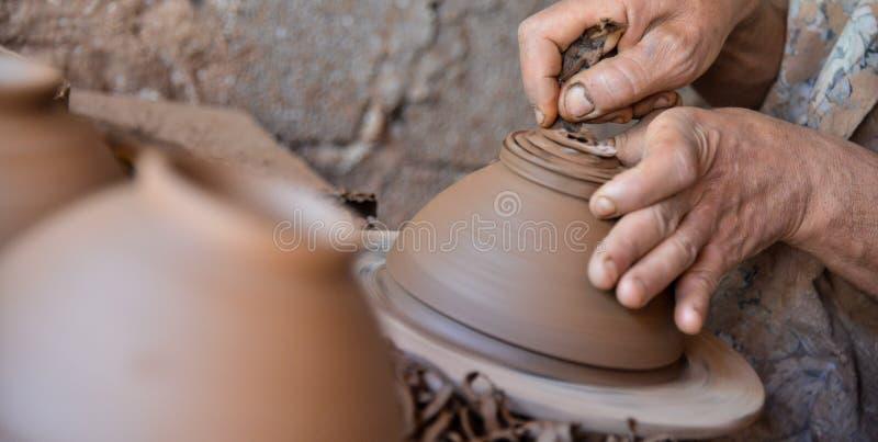 Download Marokański Rzemieślnik Rzuca Glinianego Garnek Na Garncarki Kole Obraz Stock - Obraz złożonej z glina, moroccan: 57651507