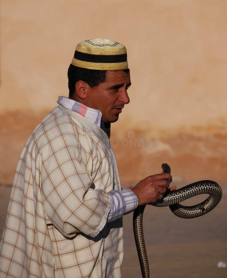 Marokański węża podrywacz w kapeluszu z wężem fotografia stock