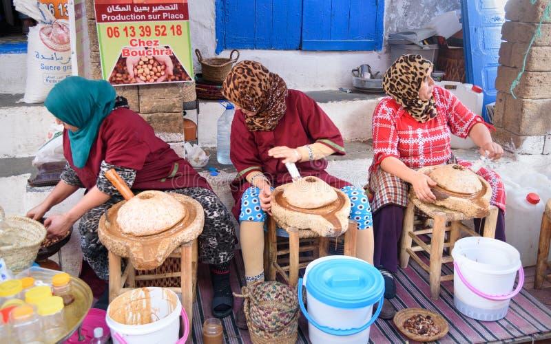 Marokańskie kobiety robią argan oliwić w Essaouira Maroko fotografia royalty free