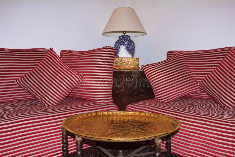 Marokańskie leżanki i stół w siedzącym terenie riad podwórze obraz royalty free