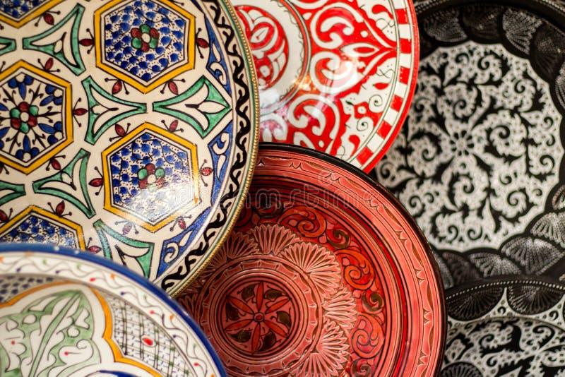 Marokkaans aardewerk in een markt in Marrakech stock foto's