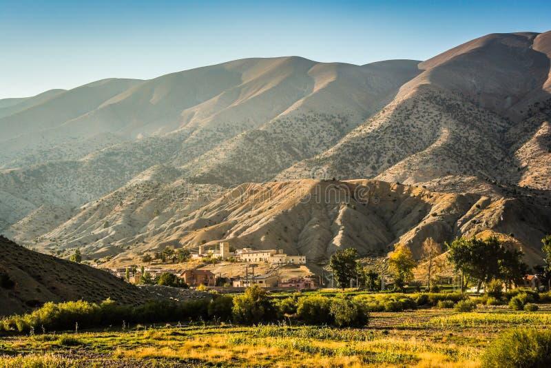 Marokkaans aardlandschap in Atlasbergen in de Herfst stock afbeeldingen