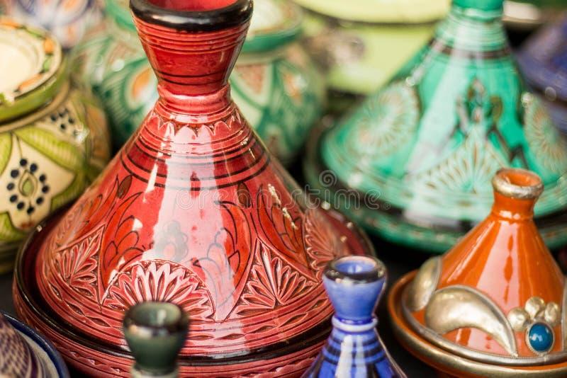 Marokkaans die aardewerk in een markt in Fez wordt getoond stock fotografie
