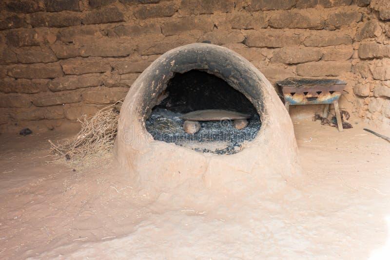 Marokkaanse aardeoven in een berberhuis stock afbeeldingen