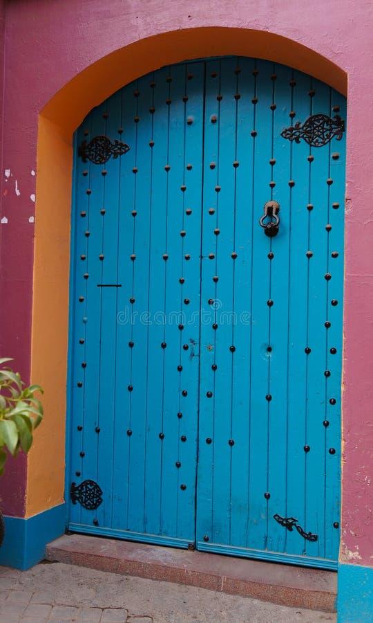 Marokkaanse blauwe deur in Marrakech royalty-vrije stock afbeeldingen