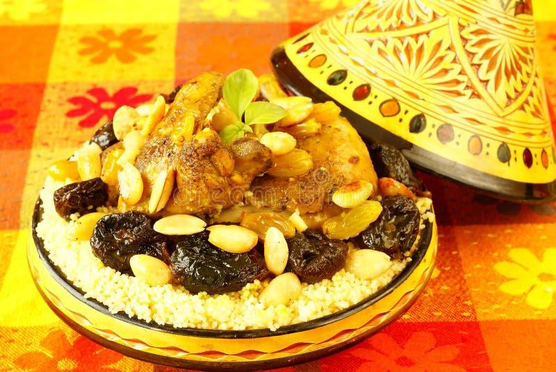 Marokkaanse kip met pruimen en amandelen royalty-vrije stock afbeeldingen