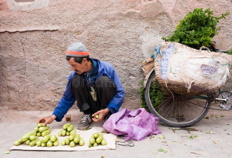 Marokkaanse Mens die zijn Groenten voor Verkoop schikken royalty-vrije stock fotografie