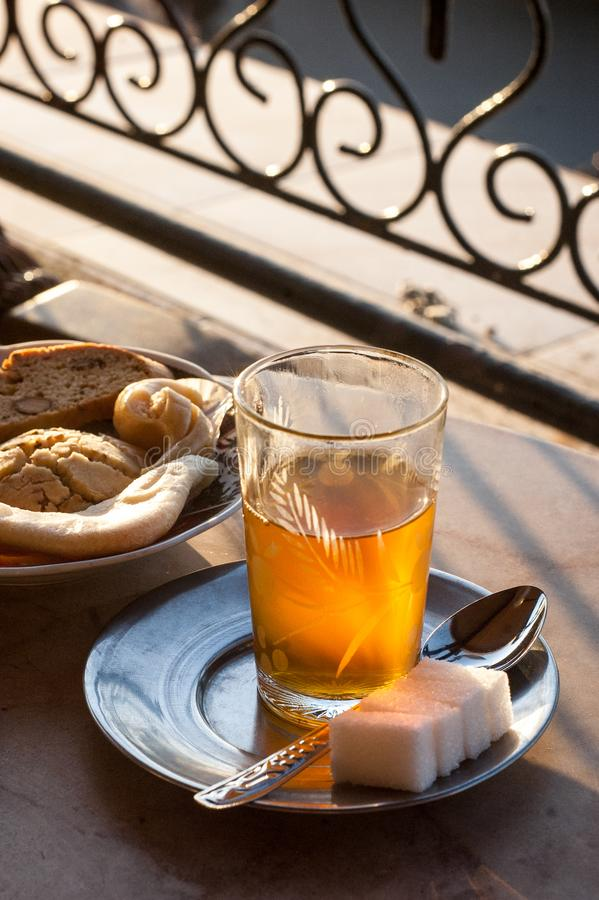 Marokkaanse muntthee door de zonsondergang royalty-vrije stock afbeelding