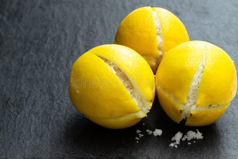 Marokkaner konservierte gesalzenes lemonson schwarzen Steinhintergrund lizenzfreies stockfoto