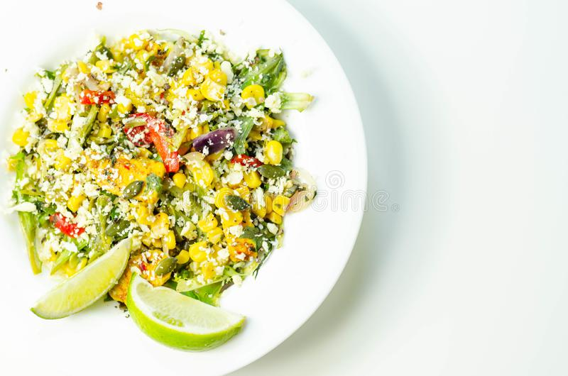 marokkanisch marinierte Hühnchenbrust mit lebhaftem Gemüse und einer fruchtigen Mango-Dressing stockfotografie