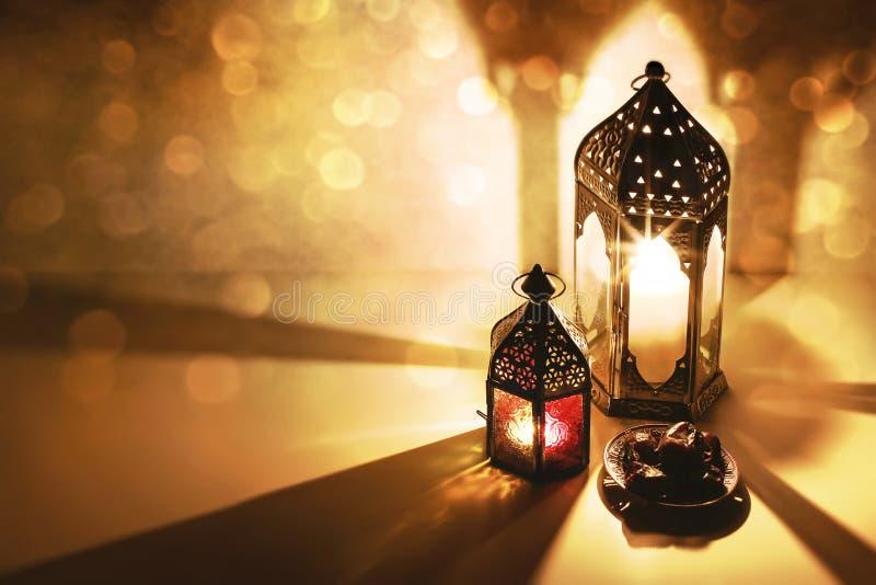Marokkanische arabische Laternen, brennende Kerzen, die nachts glühen Dattelfrucht auf dem Tisch Grußkarte, Einladung für lizenzfreie stockfotografie