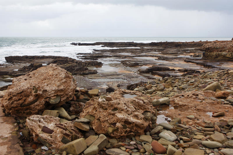 Marokkanische Küste in Dar Bouazza stockfotos