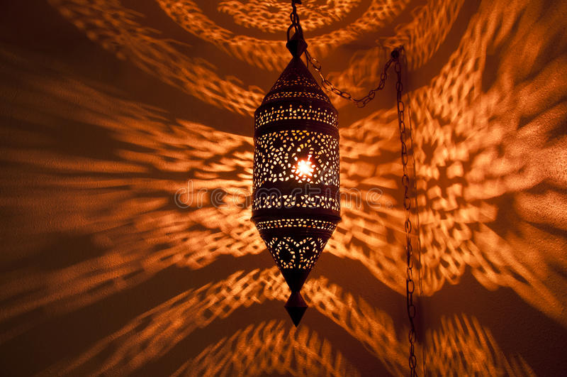 Marokkanische Lampe mit goldenem reflektiertem Muster lizenzfreies stockfoto