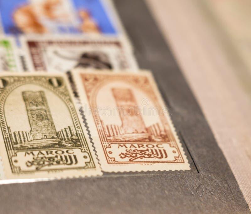 Marokkanische Stempel mit Hassan Tower im Album stockfotografie