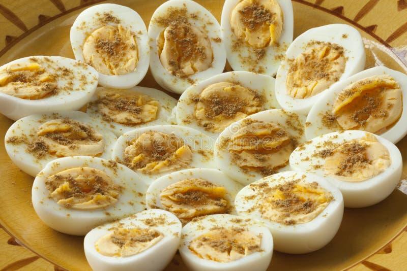 Marokkanische traditionelle gekochte Eier mit Salz und Kreuzkümmel stockfoto