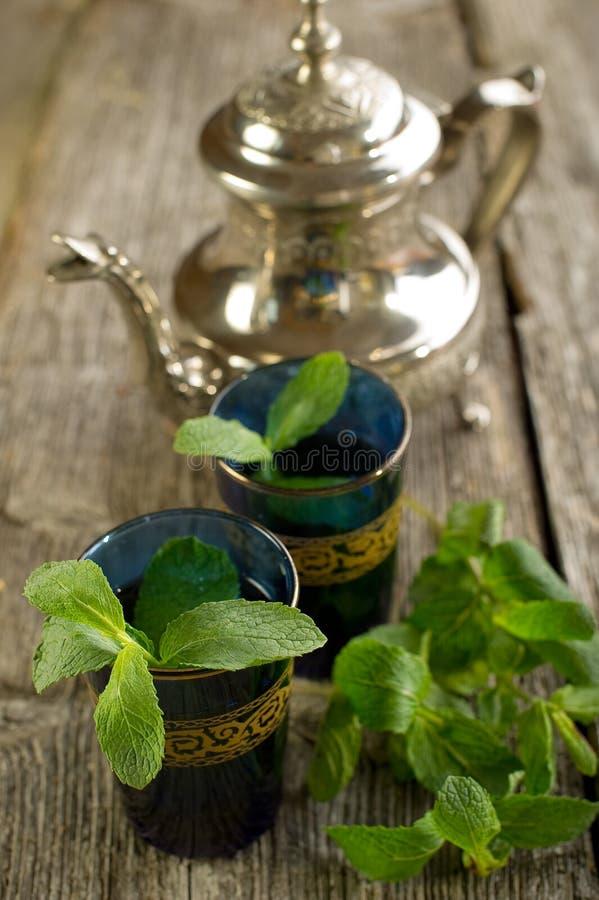 Marokkanischer Tee mit tadellosem Blatt lizenzfreie stockfotografie