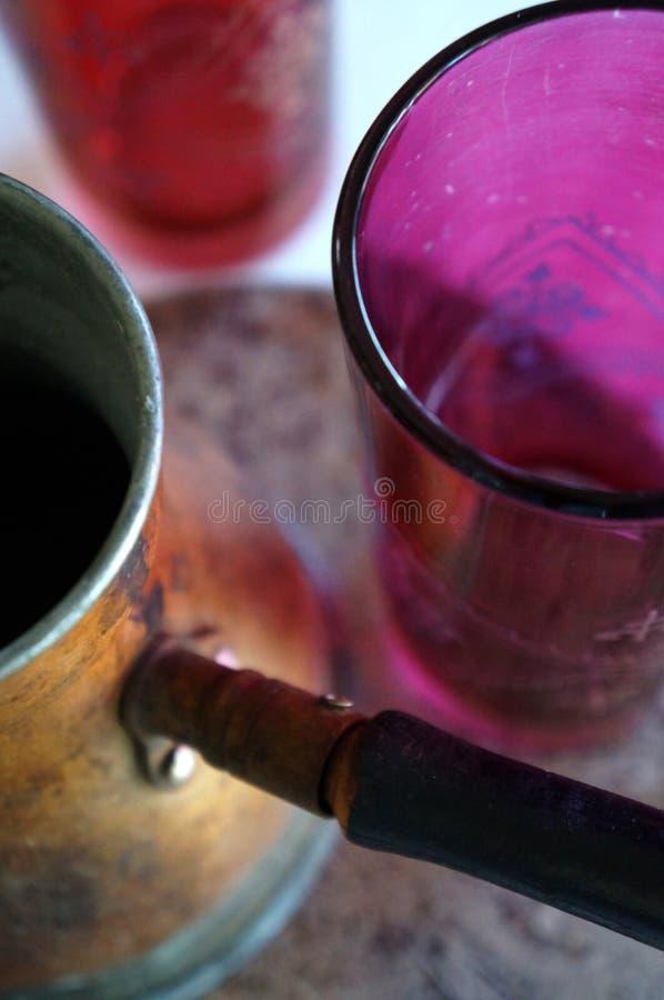 Marokkanischer Teetopf mit roten Gläsern lizenzfreie stockbilder