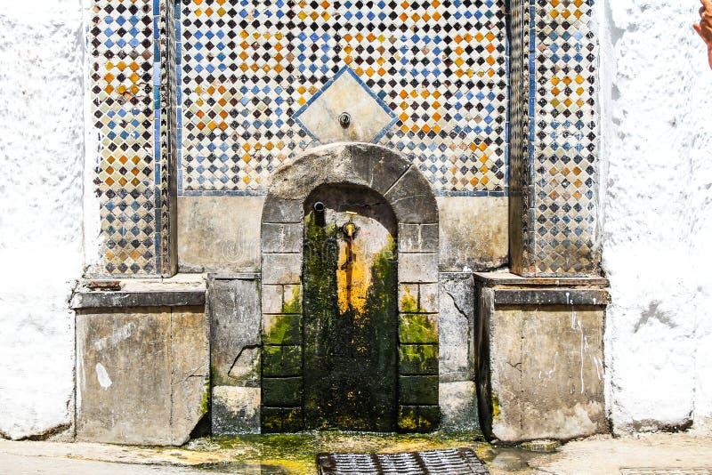 Marokkanischer Wandbrunnen lizenzfreie stockfotos