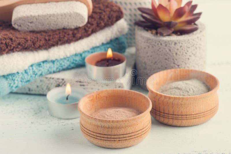 Marokkanisches Lehmpulver und -kerzen stockfoto