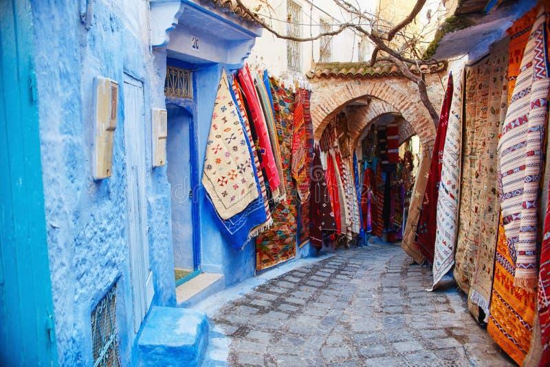 Marokko is de blauwe stad van Chefchaouen, eindeloze die straten in blauwe kleur worden geschilderd Veel bloemen en Herinneringen royalty-vrije stock fotografie