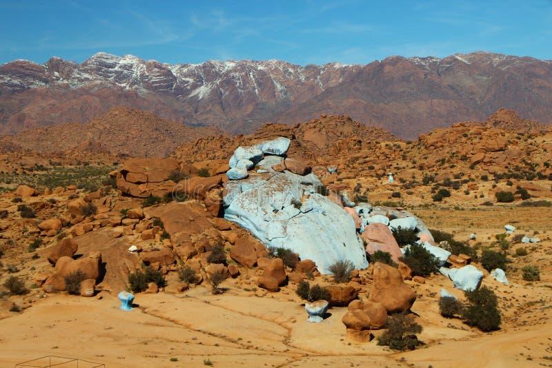 Marokko-Landschaftskontrast mit Palmen stockbilder