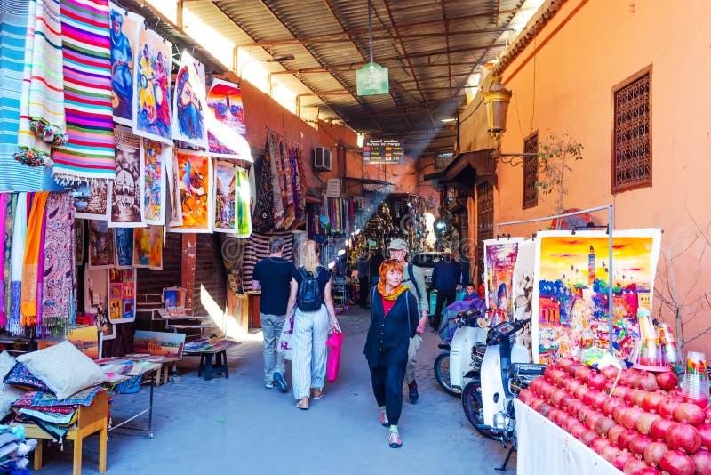 marokko marrakech 8 december, 2018 Mooie straten met herinneringswinkels de Reizen in van Marrakech, Marokko het Winkelen royalty-vrije stock foto's