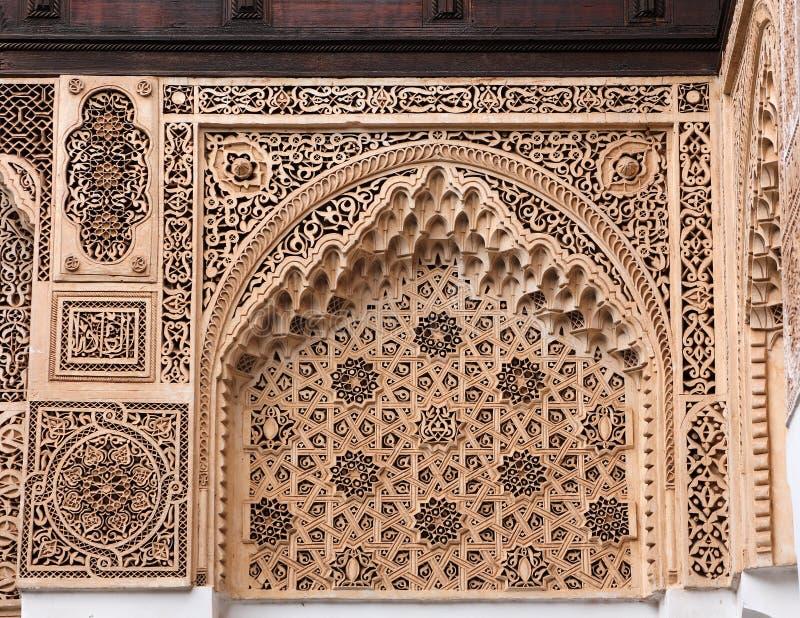Marokko, Marrakech Detail van een boog met symmetrische Islamitisch - Arabesque-het werk van de stijlgipspleister royalty-vrije stock afbeeldingen