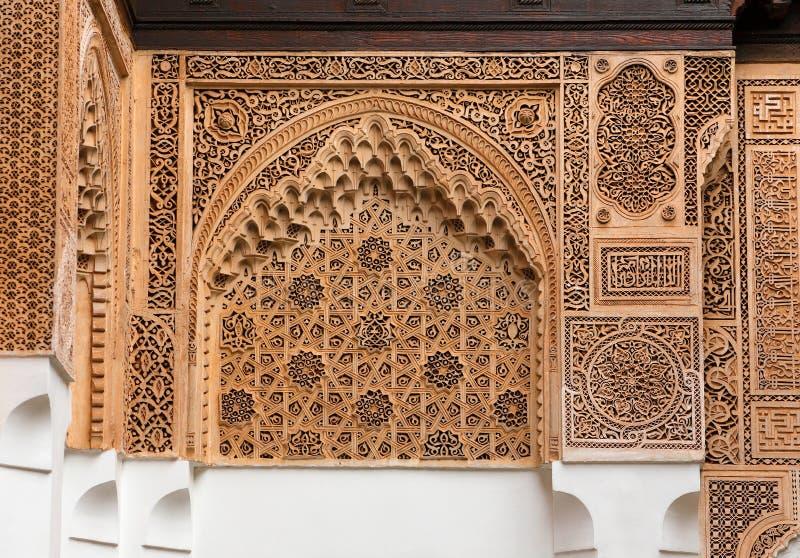 Marokko, Marrakech Detail van een boog met symmetrische Islamitisch - Arabesque-het werk van de stijlgipspleister stock afbeelding
