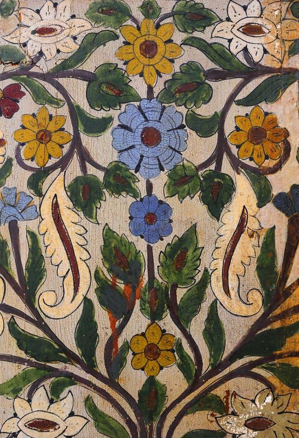 Marokko, Marrakech Detail van middeleeuwse geschilderde houten symmetrische Islamitisch van het deurpaneel - Arabesque-stijl stock fotografie