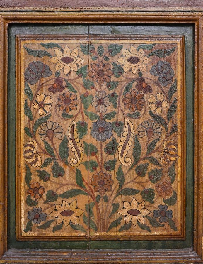 Marokko, Marrakech Detail van middeleeuwse geschilderde houten symmetrische Islamitisch van het deurpaneel - Arabesque-stijl royalty-vrije stock foto