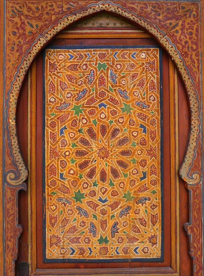 Marokko, Marrakech Detail van middeleeuwse geschilderde houten symmetrische Islamitisch van het deurpaneel - Arabesque-stijl stock afbeeldingen