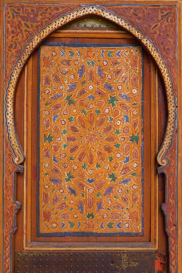 Marokko, Marrakech Detail van middeleeuwse geschilderde houten symmetrische Islamitisch van het deurpaneel - Arabesque-stijl stock foto