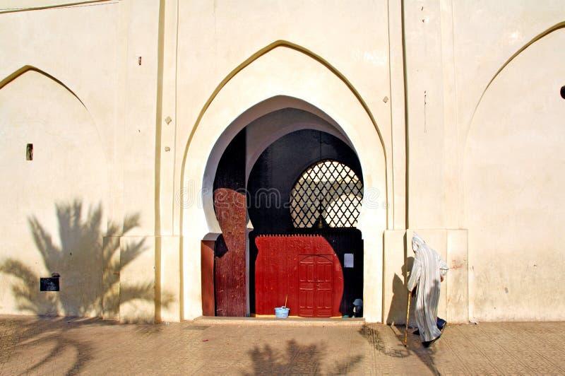 Marokko, Marrakesch: Gehen zum Gebet lizenzfreie stockfotografie