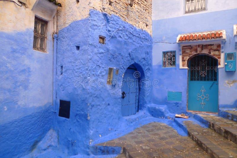 In Marokko sind die Wände der Gebäude blau und an Orten indigo. stockfotos