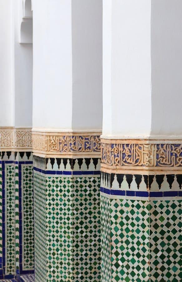 Maroko, Marrakesh Szczegół piękne kolumny kończyć w mozaiki glazurować płytkach obraz royalty free