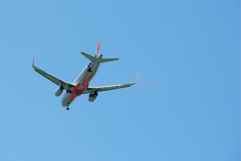 Maroochydore, Qld, Australia - 10 de marzo de 2019: Avión de Jetstar que desciende para aterrizar fotografía de archivo