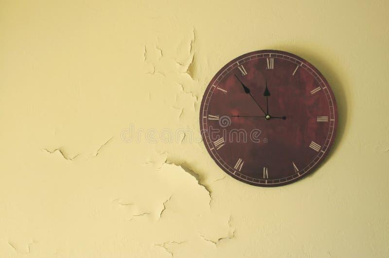 Maroon винтажные часы на желтой стене с отказами стоковое изображение rf