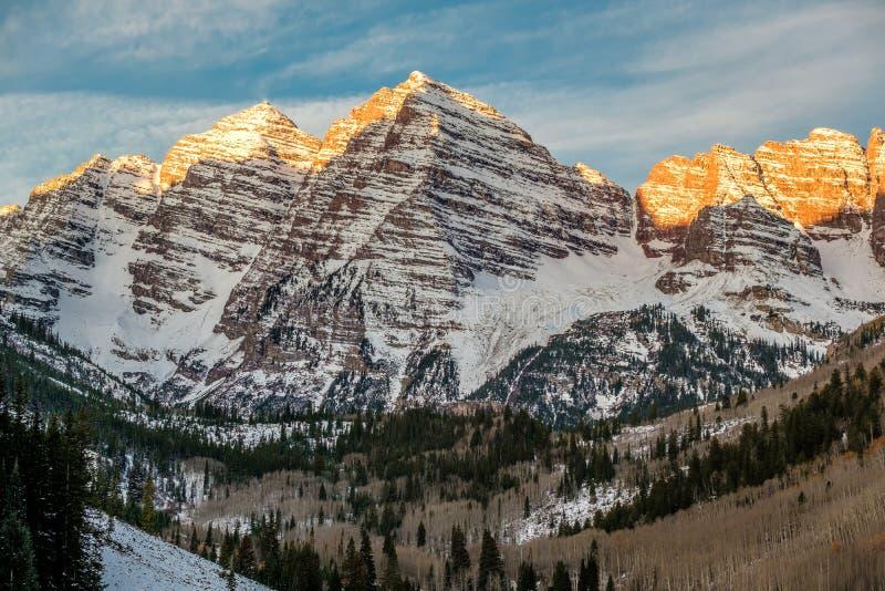 Maroon горы колоколов в снеге на восходе солнца стоковое изображение rf