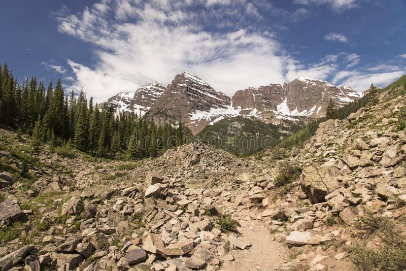 Maroon Bells op Crater Lake Trail royalty-vrije stock afbeeldingen
