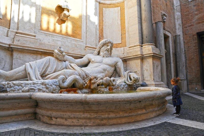 Marphurius oder Marforio, die Statuen von Rom mit einem Baby aufpasst es sprechen, ist Sch?ne alte Fenster in Rom (Italien) lizenzfreies stockbild