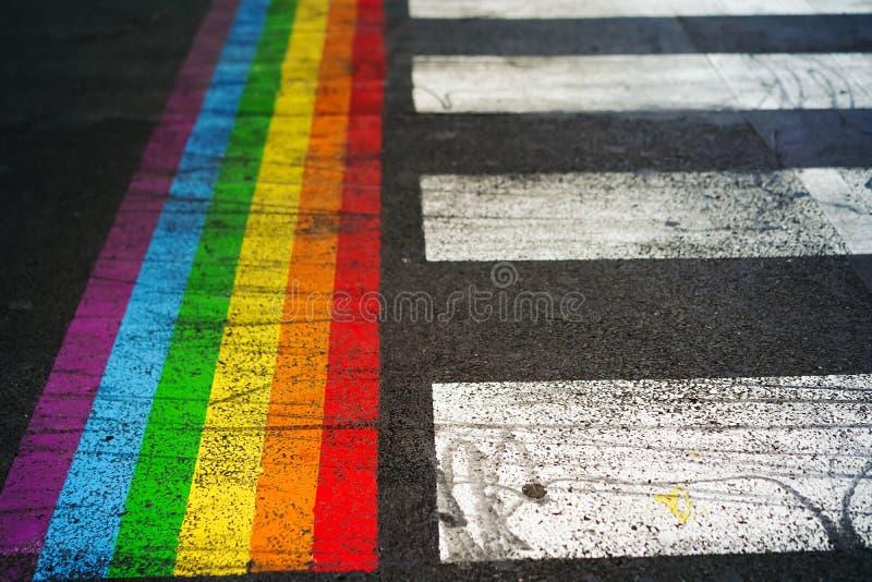 Marquage routier du passage pour piétons et du drapeau d'arc-en-ciel à Paris photos libres de droits