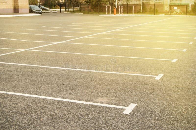 Marquage routier sur un parking vide d'asphalte, une copie de l'espace, maquette images libres de droits